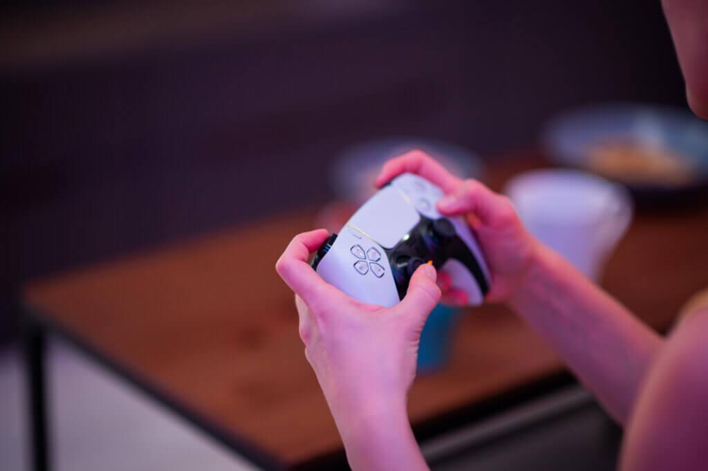 Kvinde spiller PlayStation 5